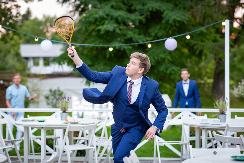 Hochzeitsgäste spielen Federball