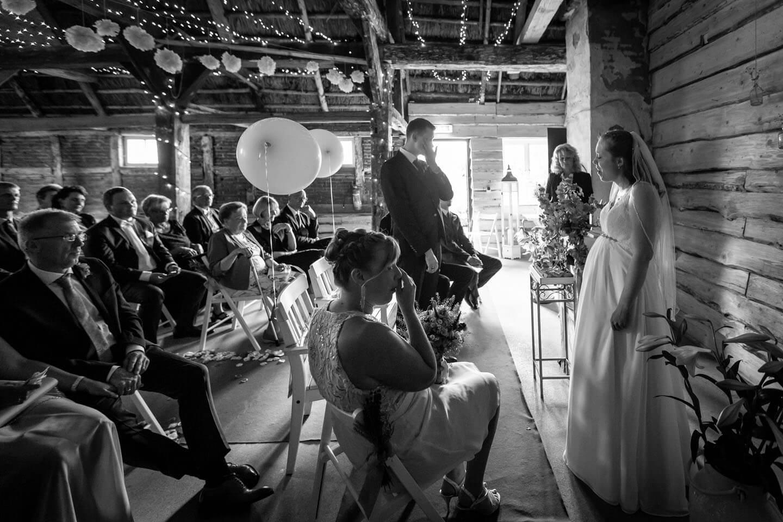 Braut singt ein Lied bei ihrer Scheunenhochzeit bei Hamburg