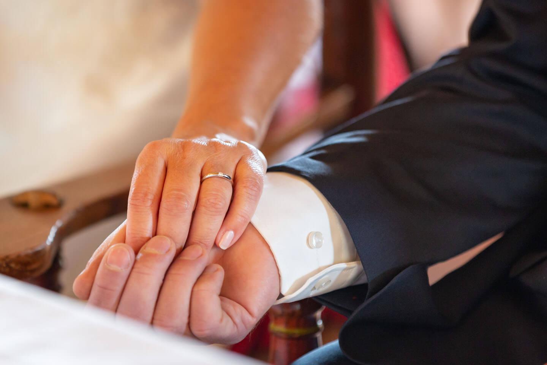 Hände vom Hochzeitspaar bei Standesamtlicher Trauung in der Windmühle Dibbersen