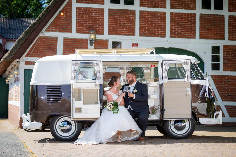 Hochzeitsfotograf Florian Läufer aus hamburg hielt diese Szene eines Brautpaars am VW-Bulli fest