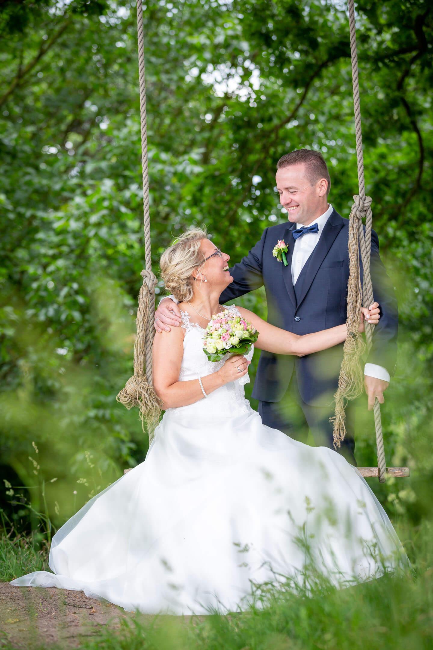 Hochzeitsfotograf Florian Läufer hat dieses Paar auf einer Schaukel abgelichtet