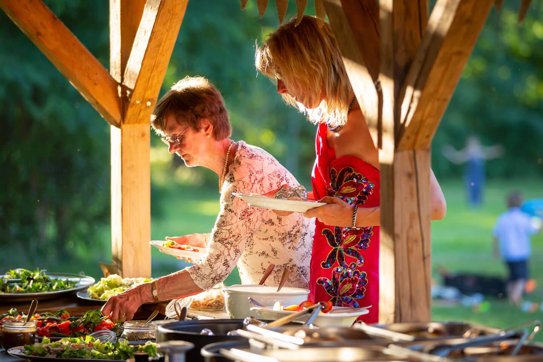 Gäste einer Sommerhochzeit am Büfett