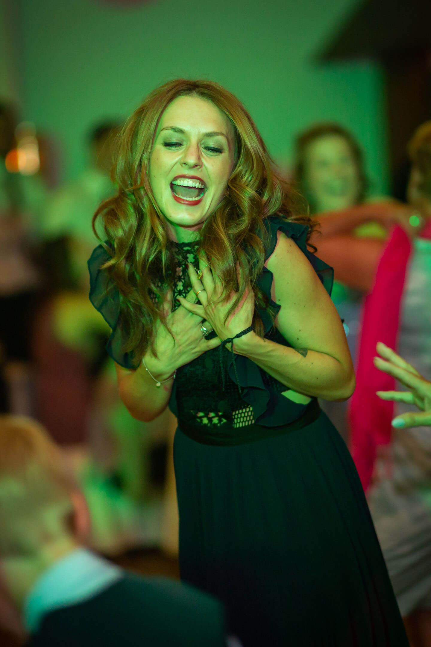 Hochzeitsgast auf Tanzfläche