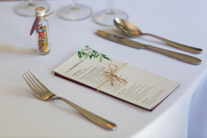 Das Hochzeitsmenü am eingedeckten Tisch