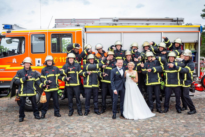 Brautpaar mit Kollegen der Feuerwehr