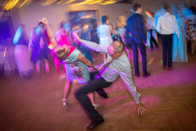 Rock'n Roll auf der Tanzfläche bei Hochzeitsparty