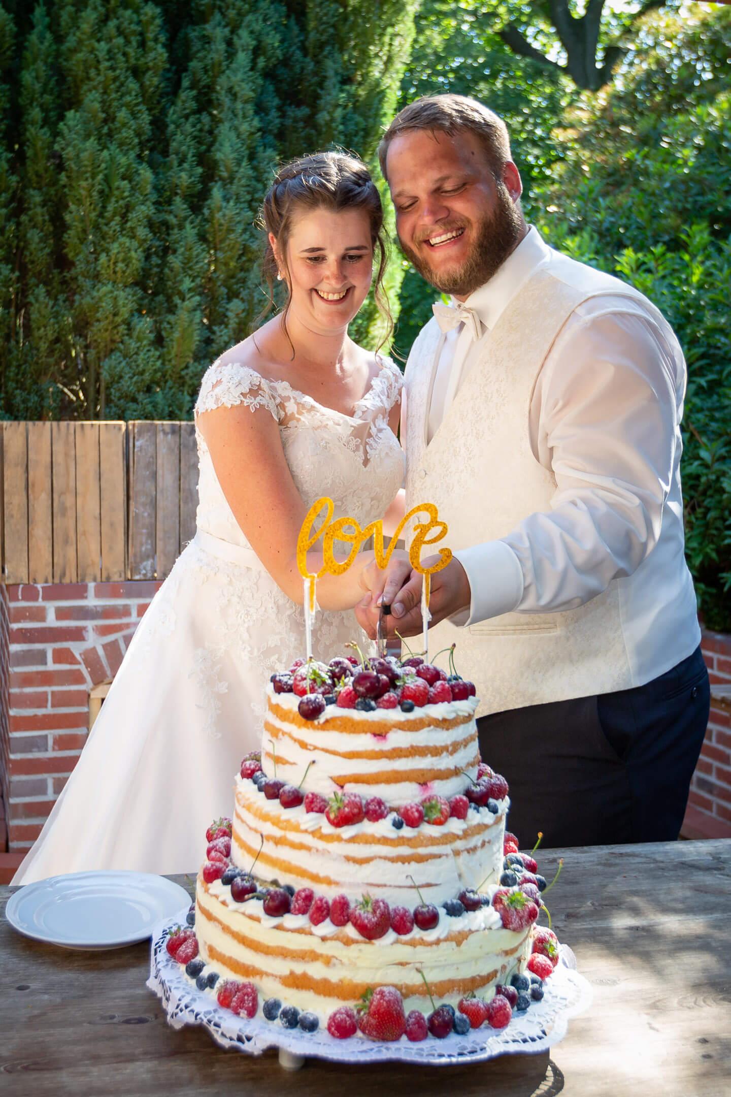 Ein großer Moment: der Anschnitt der Hochzeitstorte