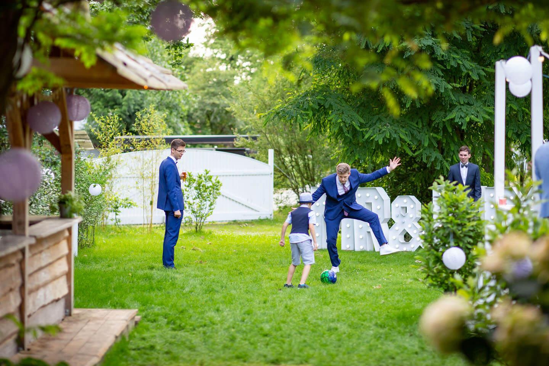 Gäste beim Gartenfest einer Hochzeit