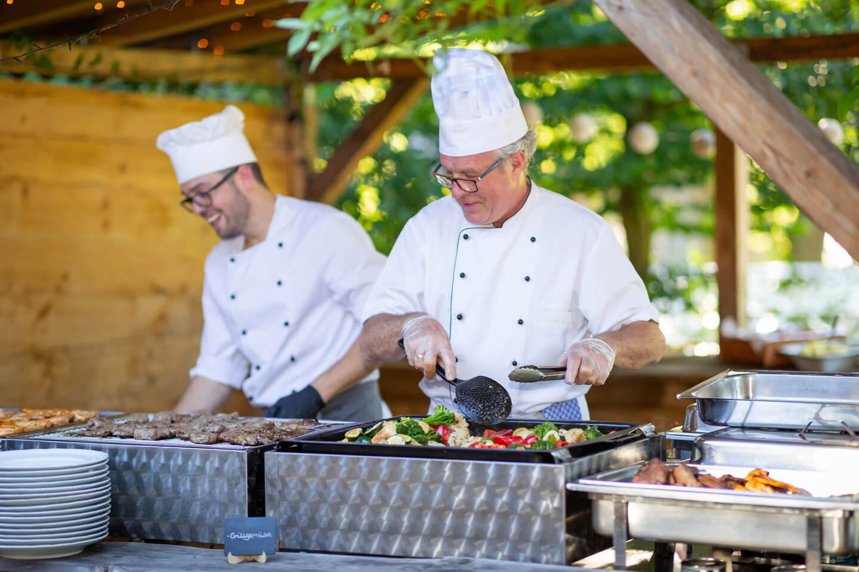 Köche am Grill-Büfett einer Sommerhochzeit