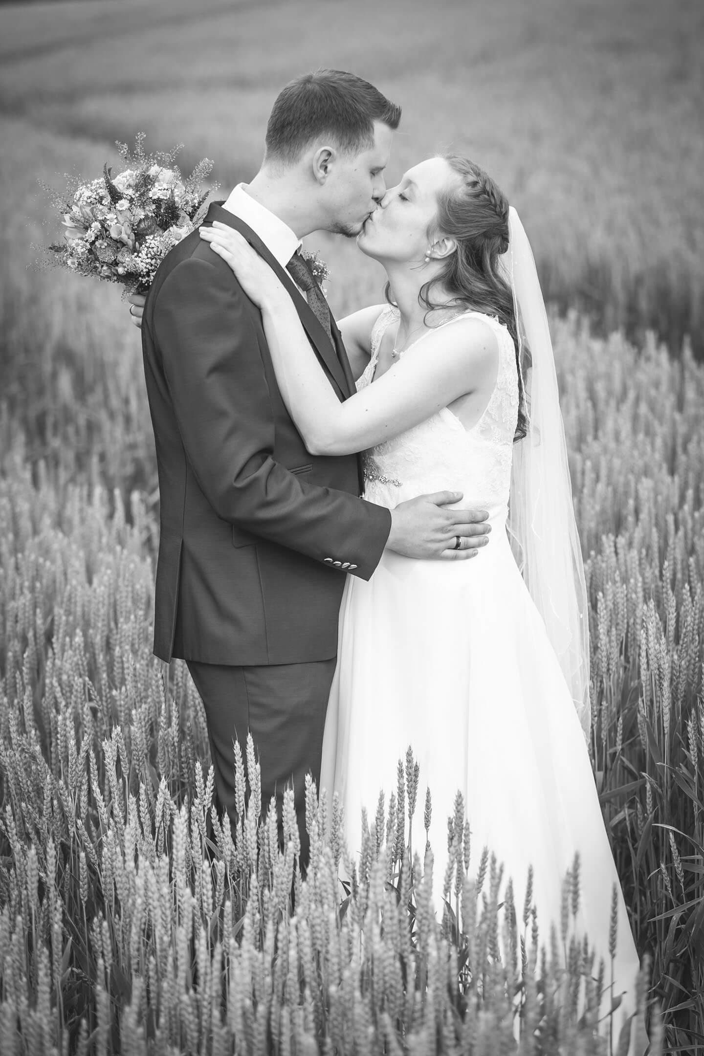 Hochzeitsfoto im Kornfeld