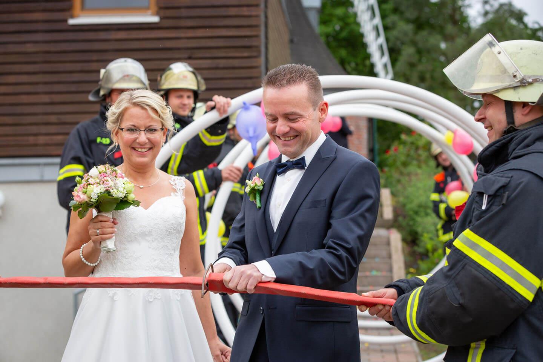 Durchsägen eines Feuerwehrschlauchs vor dem Standesamt