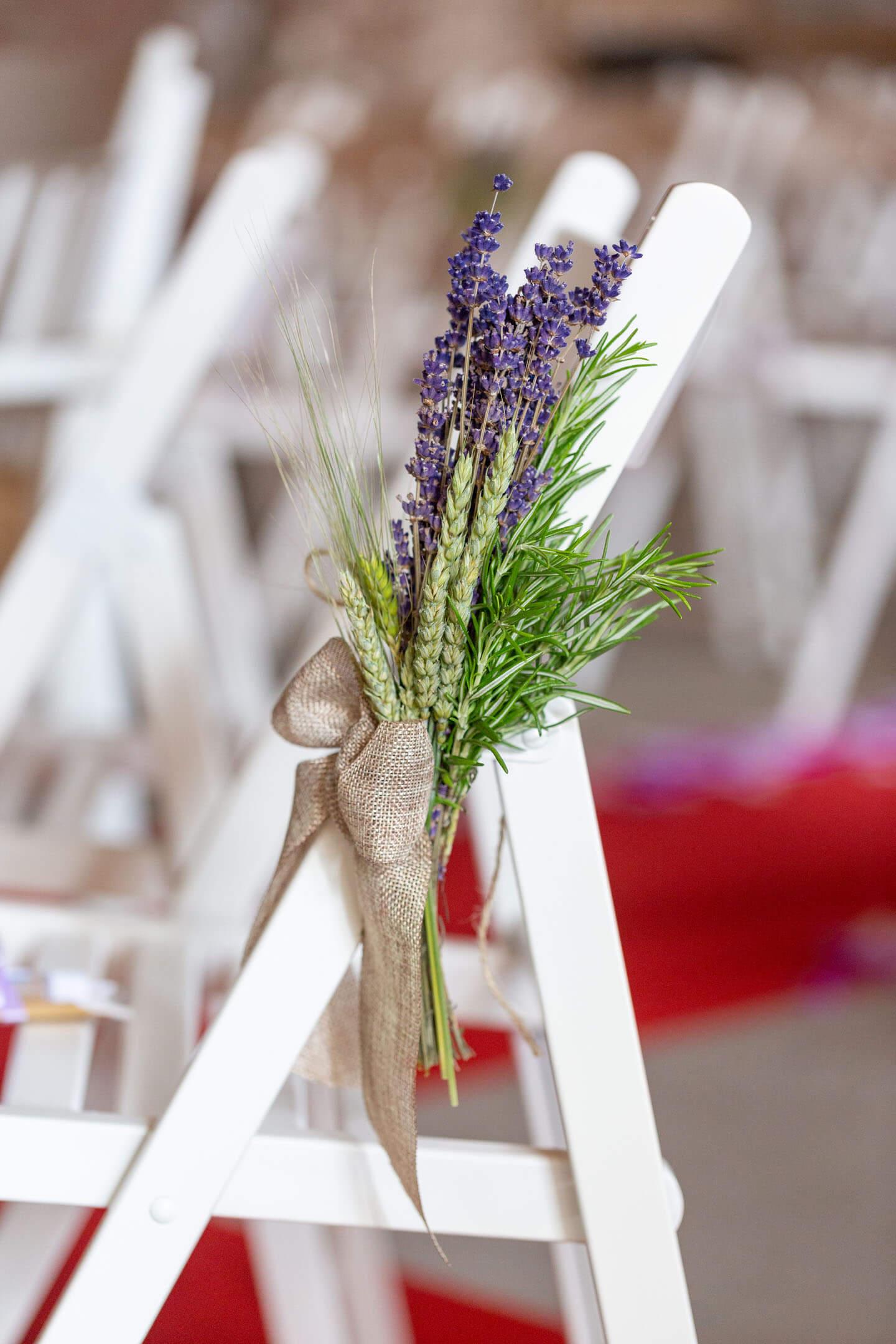 Stuhlschmuck bei Hochzeit in der Scheune