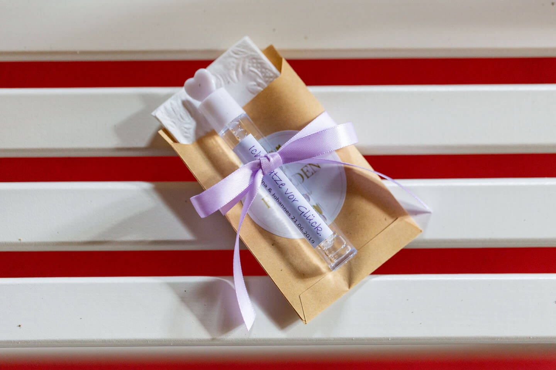 Seifenblasen und Taschentuch für eine freie Trauung