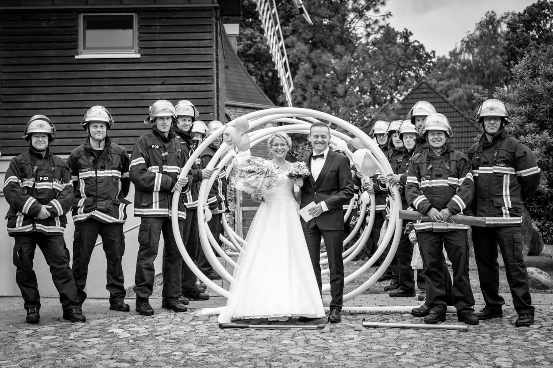 Brautpaar mit Feuerwehrmännern