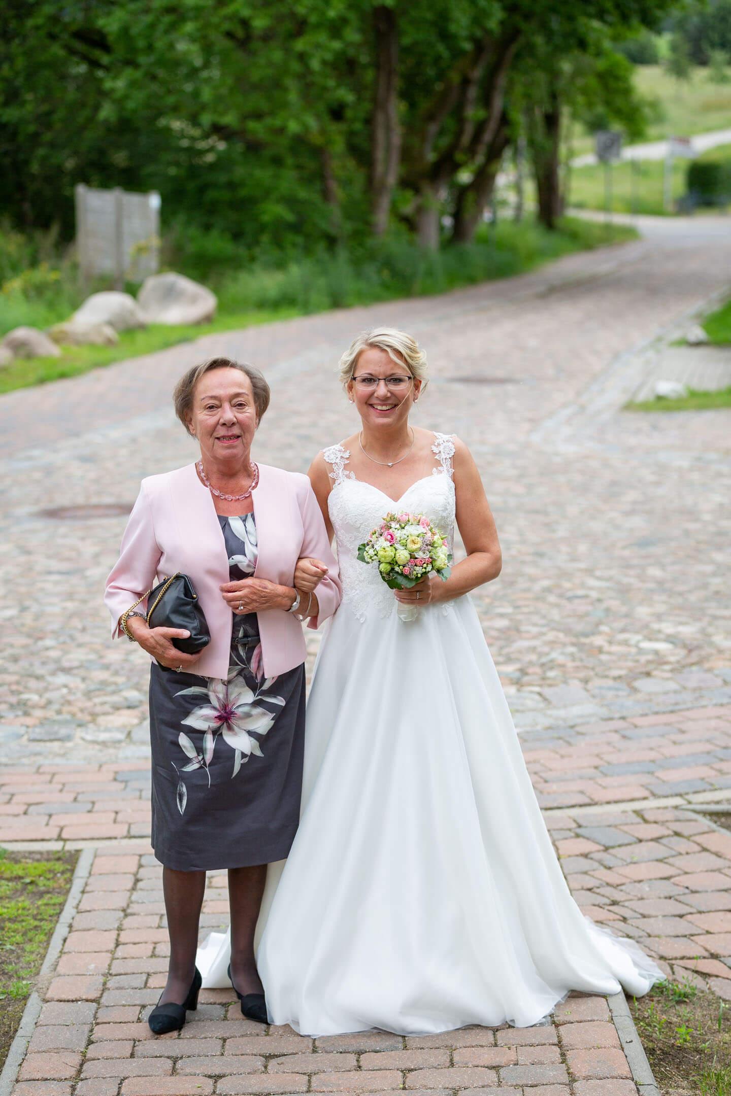 Braut und Brautmama vor dem Standesamt