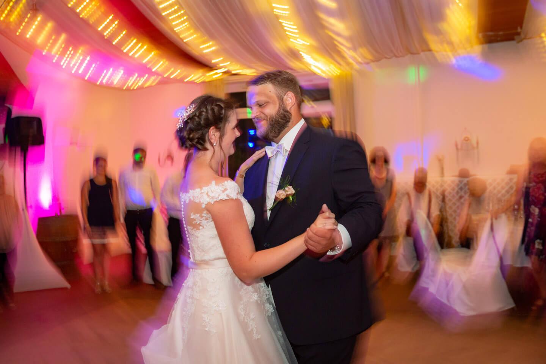 Brautpaar auf der Tanzfläche (Foto: Florian Läufer)