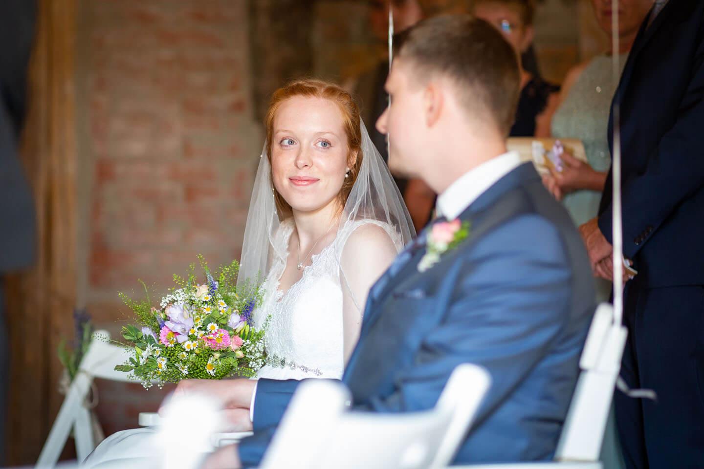 Braut bblickt Bräutigam in die Augen.