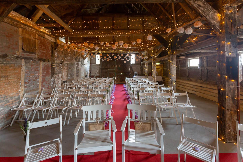 Scheune für Hochzeit geschmückt und vorbereitet