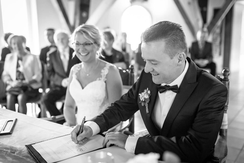 Bräutigam unterschreibt die Heiratsurkunde