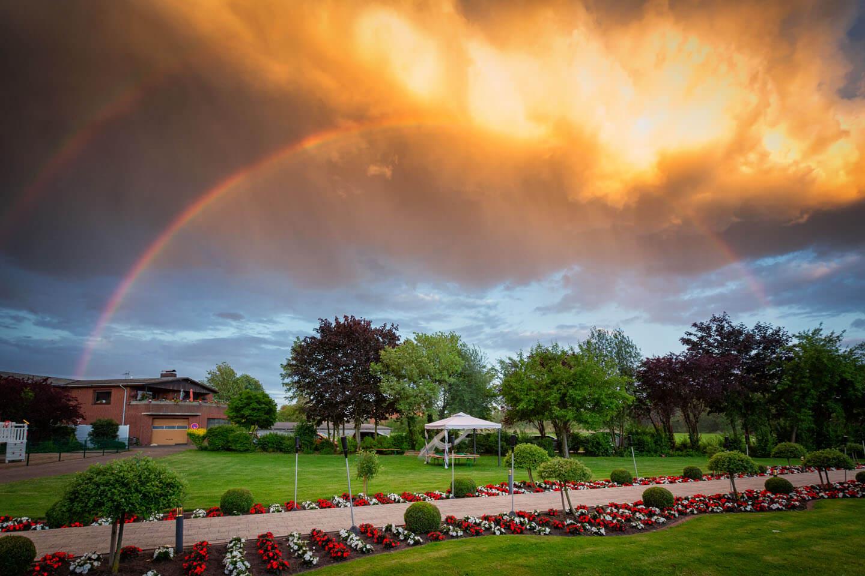 Regenbogen über dem Vierländer Landhaus