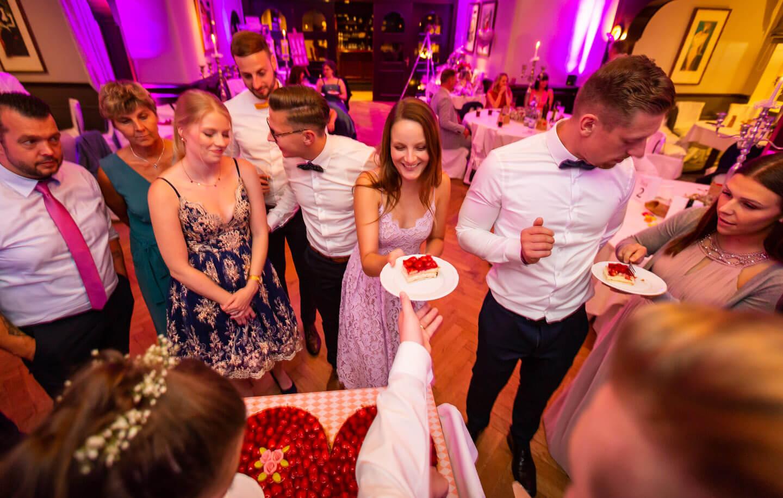 Anschnitt einer herzförmigen Hochzeitstorte
