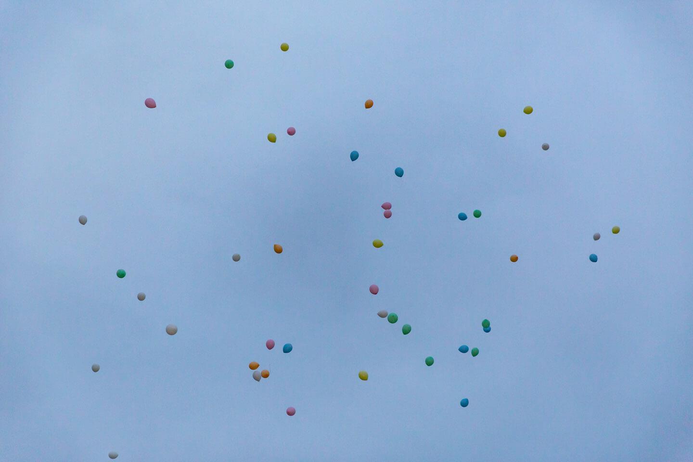 Ballons steigen in den Himmel
