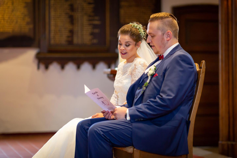 Hochzeitspaar singt vor dem Altar