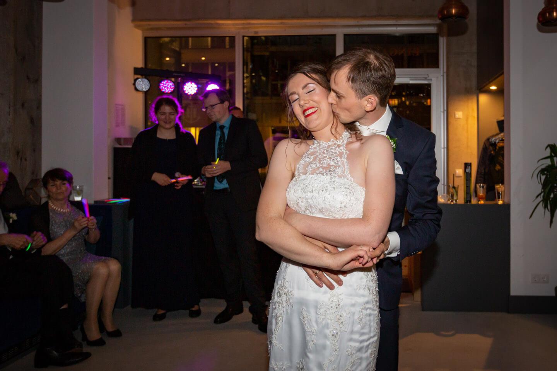 Bräutigam küsst seine Braut nach dem Hochzeitstanz