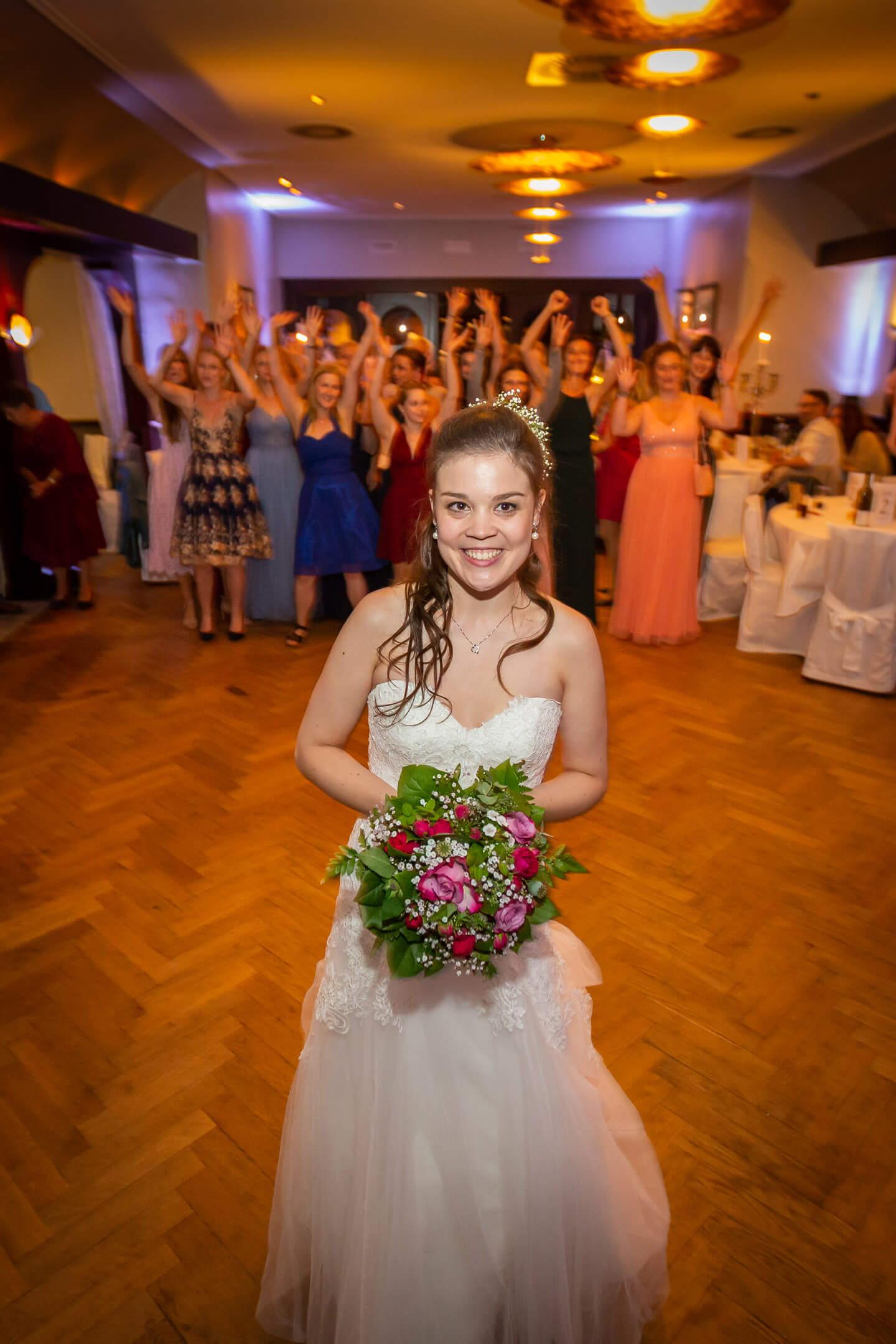 Die Braut kurz vor dem Wurf vom Brautstrauss