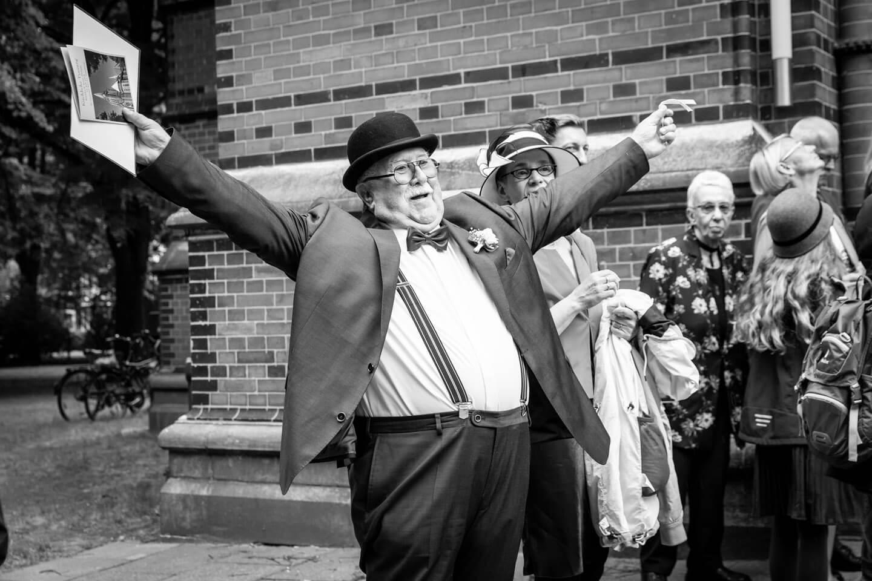 Brautvater freut sich nach der Trauung