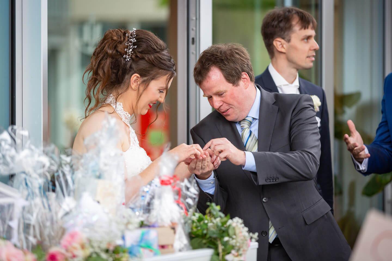 Gast und Braut bei urbaner Hochzeit