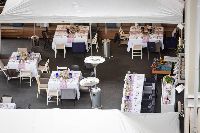 Eingedeckte Tische auf der Terrasse am Hansekai