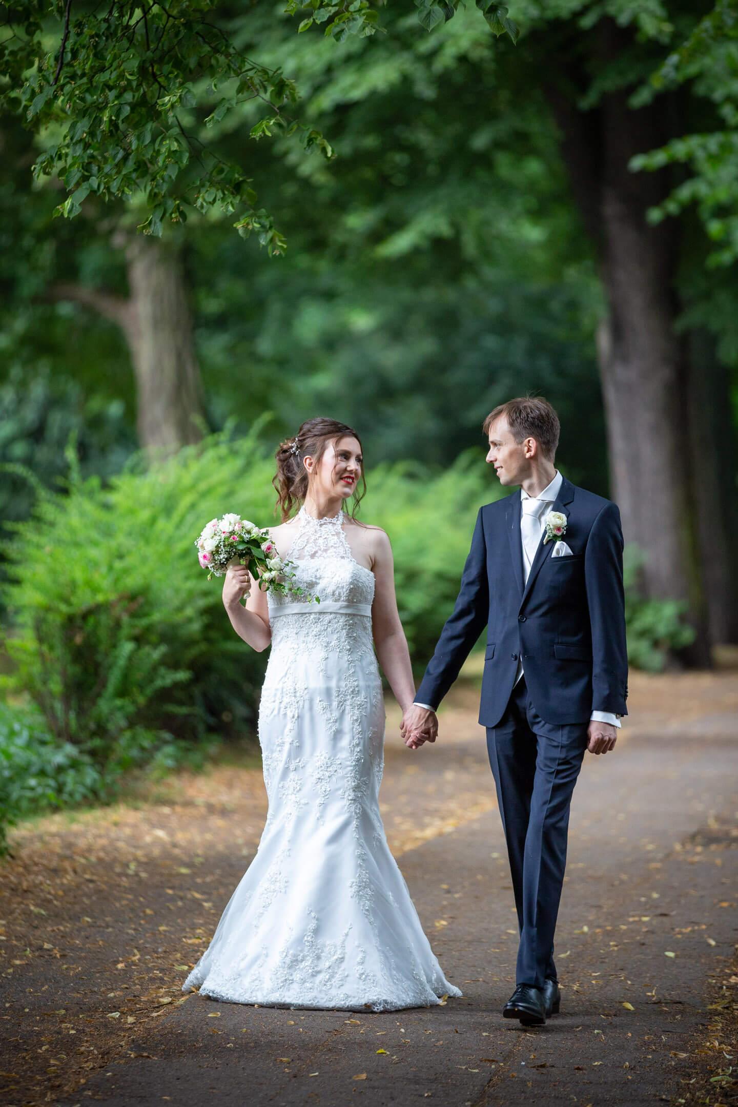 Brautpaar Hand in Hand an der Kuhmühle