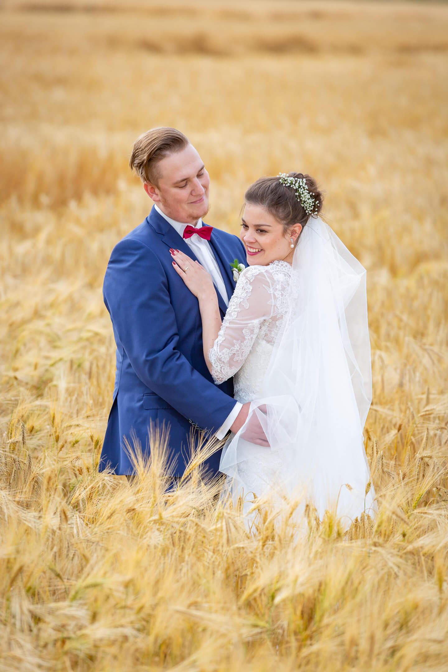 Hochzeitsfotograf Florian Läufer aus Hamburg hat dieses Hochzeitspaar im Kornfeld abgelichtet