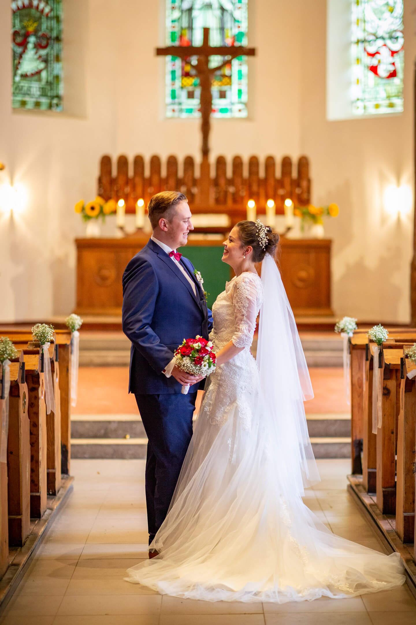 Frisch vermähltes Hochzeitspaar in der Martin Luther Kirche in Trittau. (Fotograf: Florian Läufer, hamburg)