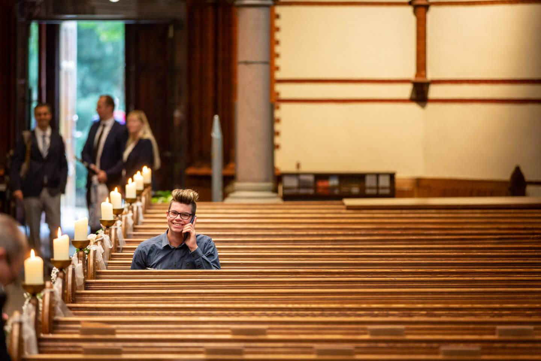 Die Kirche füllt sich...