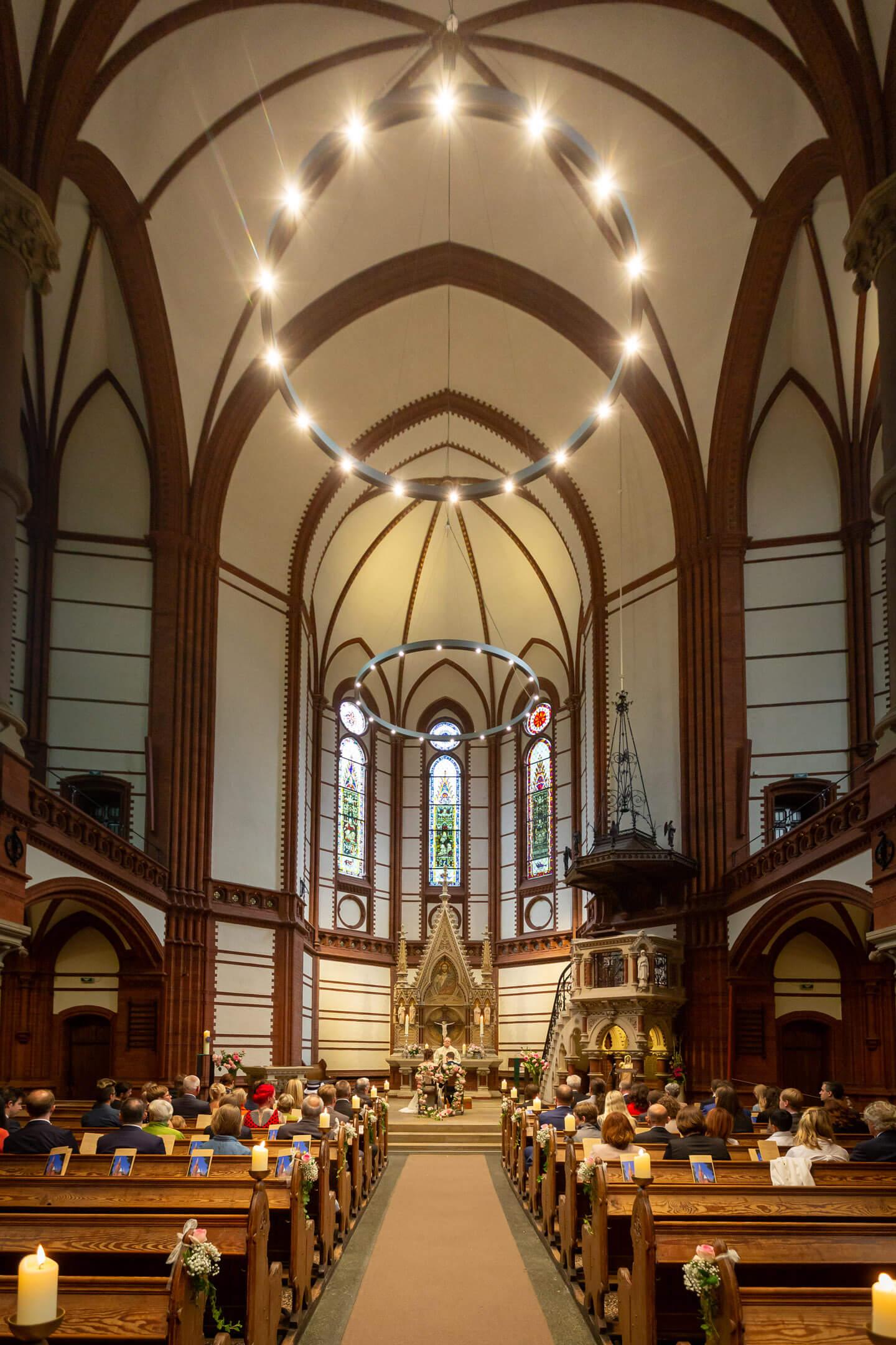 Das Kirchenschiff der St. Gertrud-Kirche während einer kirchlichen Trauung