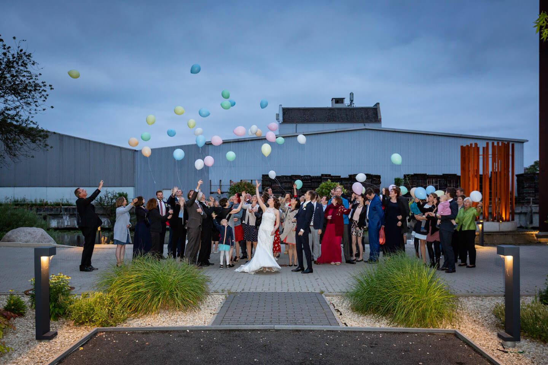 Hochzeitsgesellschaft lässt Luftballons in den Himmel steigen