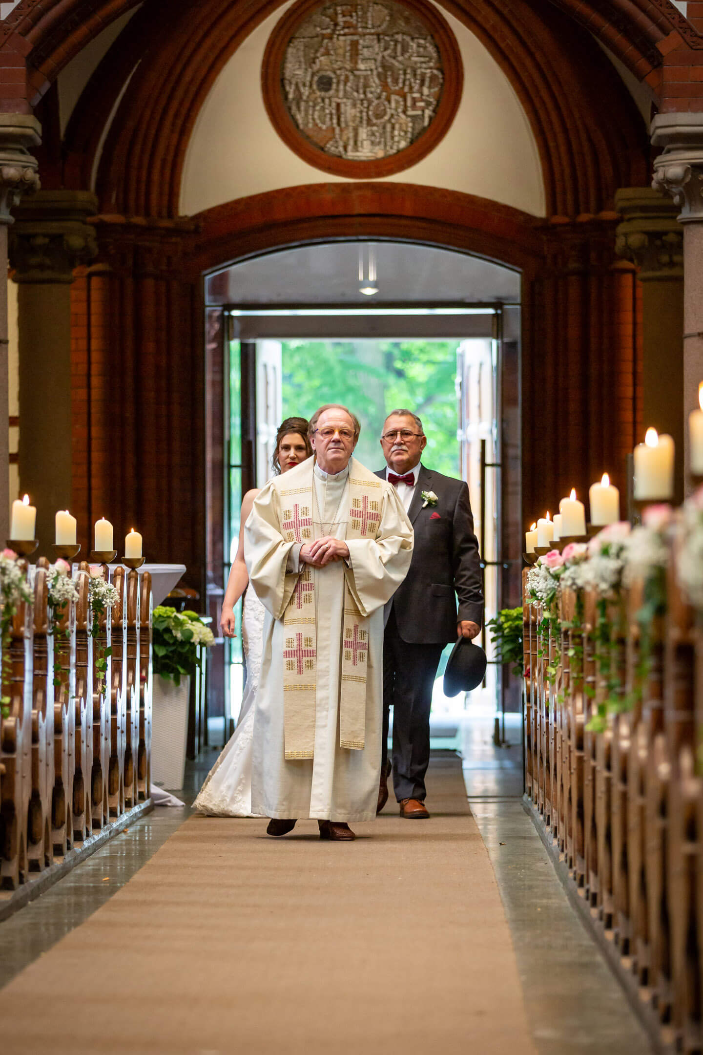 Einlauf des Pastors mit Braut und Brautvater