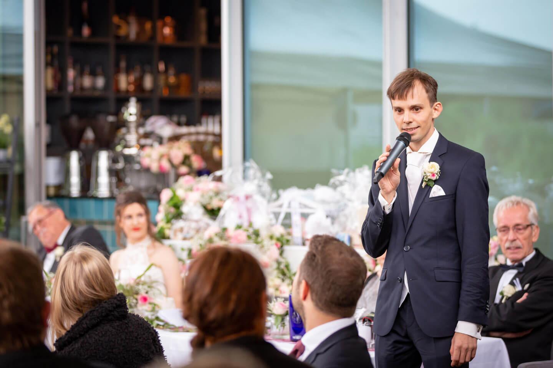 Eröffnungsrede des Bräutigams bei einer urbanen Hochzeit in Hamburg-Wilhelmsburg