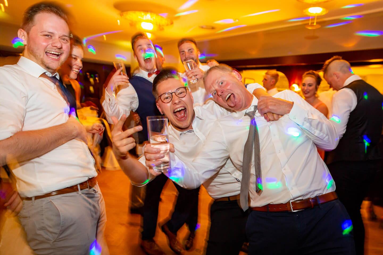 Partystimmung auf der Tanzfläche bei einer Hochzeitsfeier.
