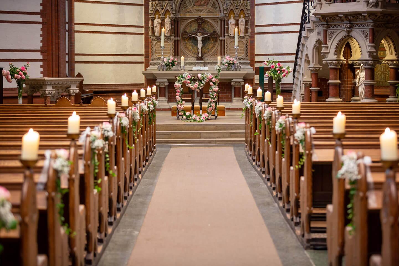 Geschmücktes Kirchenschiff