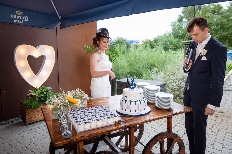 Anschnitt der maritimen Hochzeit bei der Hochzeit am Hansekai