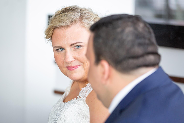 Braut blickt Bräutigam in die Augen
