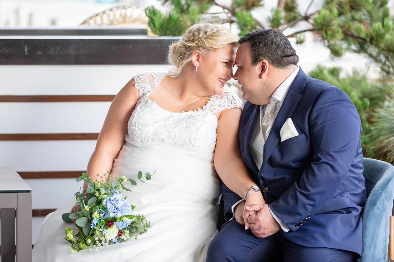 Brautpaar blickt sich bei freier Trauung in die Augen