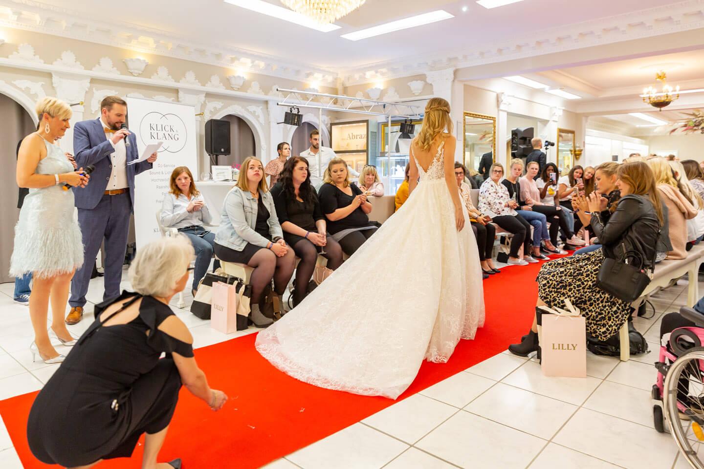Catwalk Brautmode. Der Fotograf Florian Läufer hielt die Fashionshow fest.