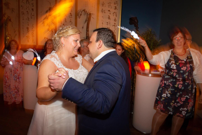 Eröffnungstanz des Brautpaares bei einer Hochzeit im Hamburger Hafen