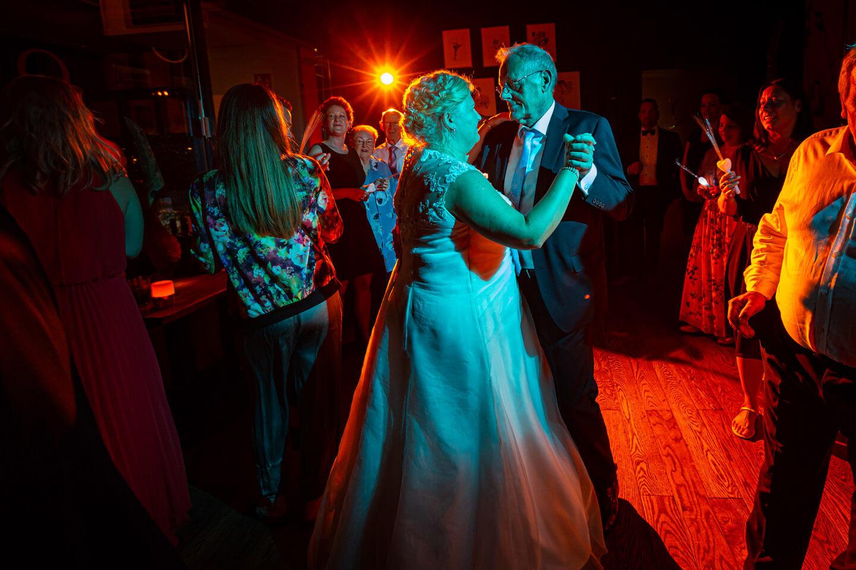 Tanzfläche mit Braut und Brautvater