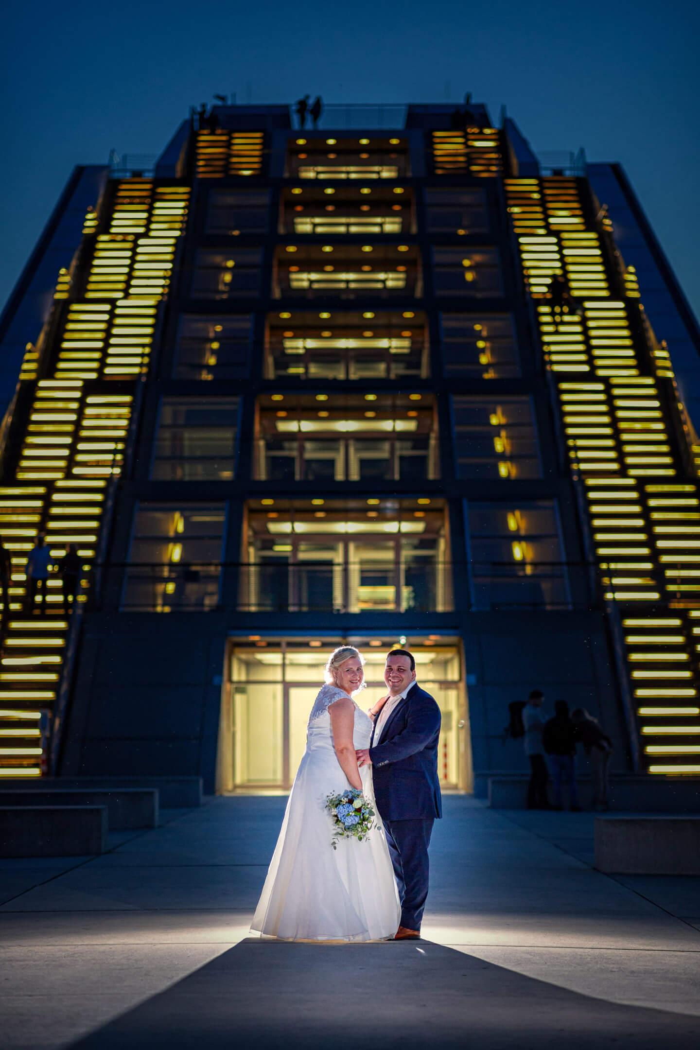 Hochzeitsfotograf Florian Läufer (Hamburg) hat dieses Hochzeitsfoto vor dem Dockland aufgenommen