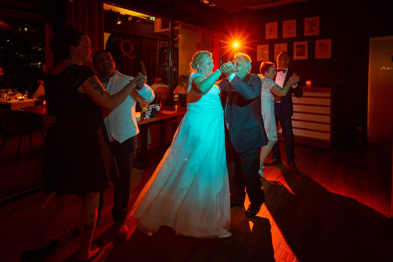 Braut tanzt mit Schwiegervater bei einer Hochzeit im Hamburger Hafen